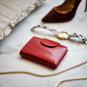 czerwony portfel skórzany